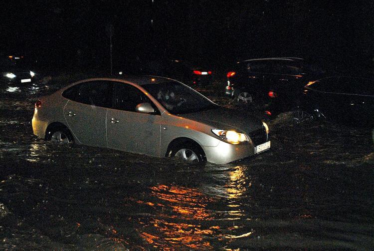 Одну из главных улиц Екатеринбурга ночью полностью затопило