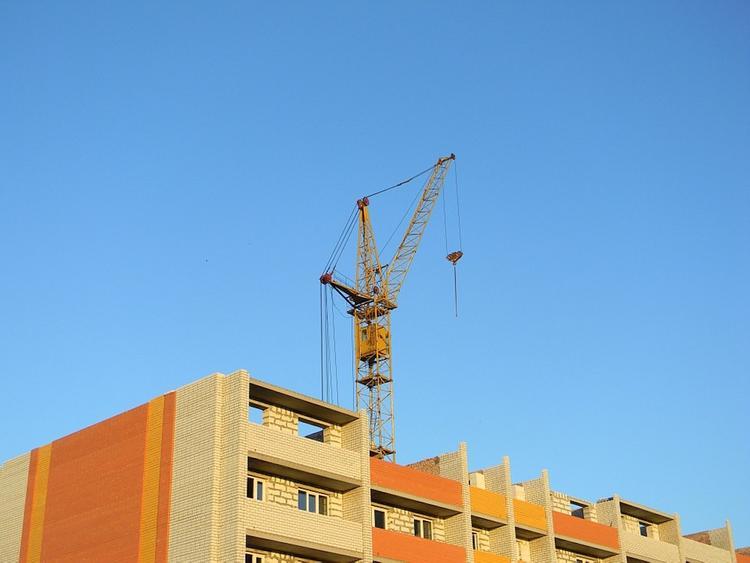 Рабочего придавило бетонной плитой на стройплощадке в Москве