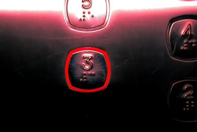 Женщину убили в лифте многоэтажки на юго-западе Москвы