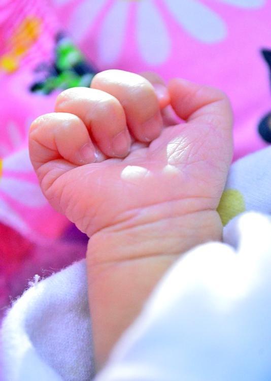 Муж Нюши присутствовал на родах и эмоционально рассказал о рождении дочки