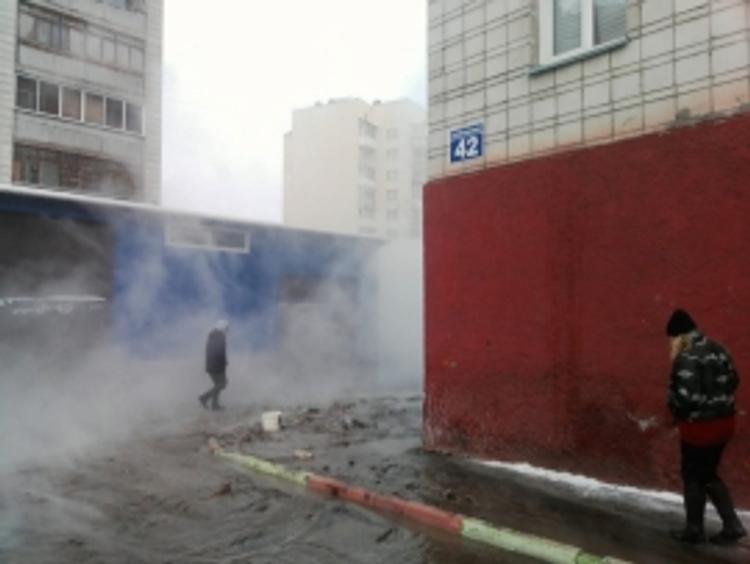 В Новосибирске в 15-градусный мороз прорвало трубу с горячей водой