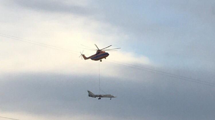 Видео, как вертолет доставлял Су-24 в Кронштадт