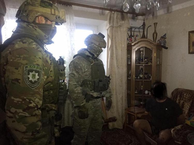 В Киеве грабитель взял в заложники собственную мать