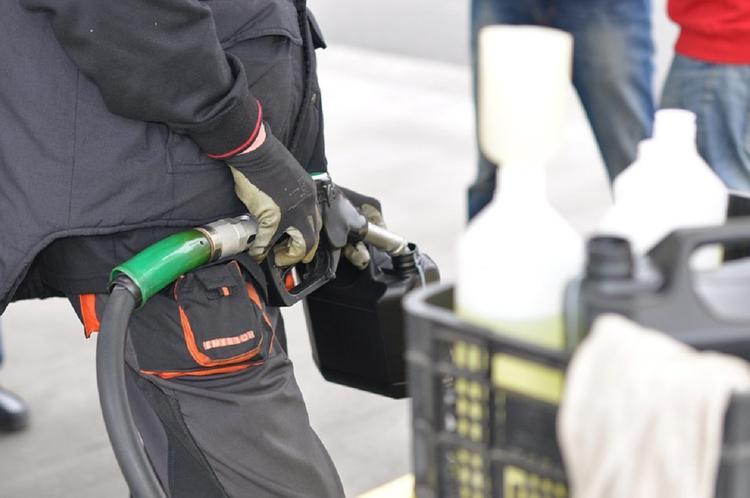 Власти Франции отказались от повышения налога на топливо