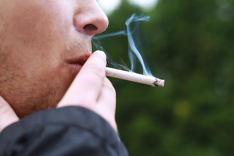 Нарколог: Из-за повышения цен на табак люди не перестанут курить