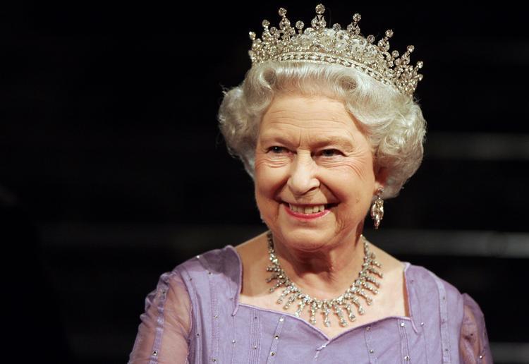 В Великобритании мальчик уполз на четвереньках от Елизаветы II