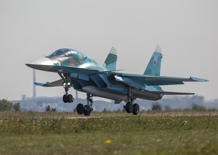 В сети появились кадры посадки истребителей-бомбардировщиков Су-34 по приборам