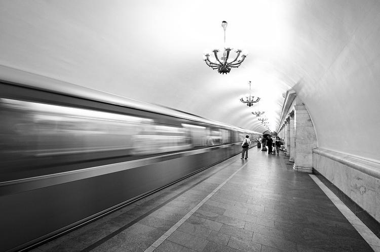 """В Москве мужчина упал на рельсы на станции метро """"Минская"""""""