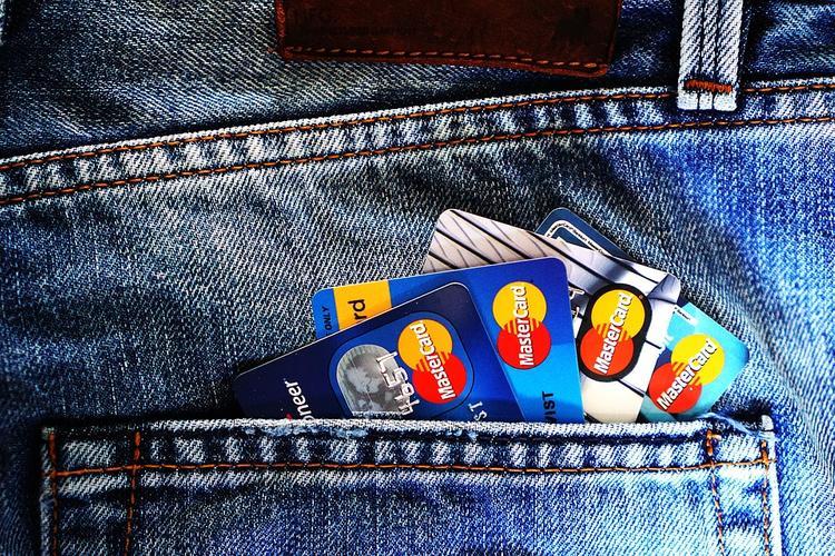 В России начнут контролировать снятие наличных с карт иностранных банков