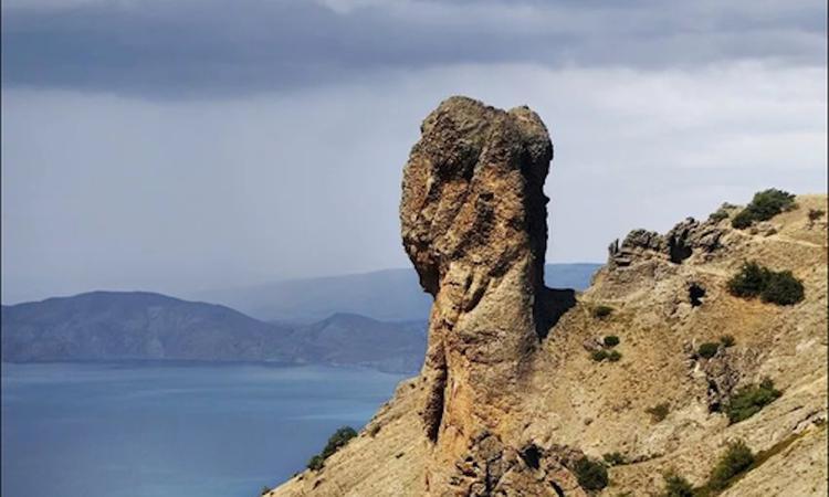 Во время похода в горы в окрестностях Судака москвичка сорвалась со скалы