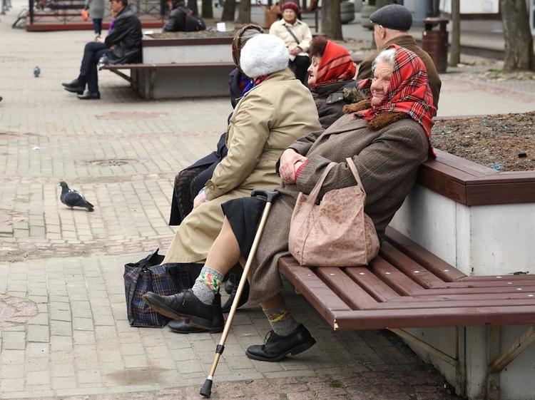 Латвия: политики просят прощение, пенсионеры разочарованы, 500 евро «уходят»