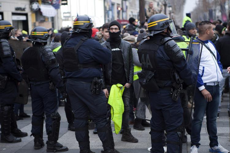 """СМИ: """"желтые жилеты"""" заблокировали нефтебазу на северо-западе Франции"""