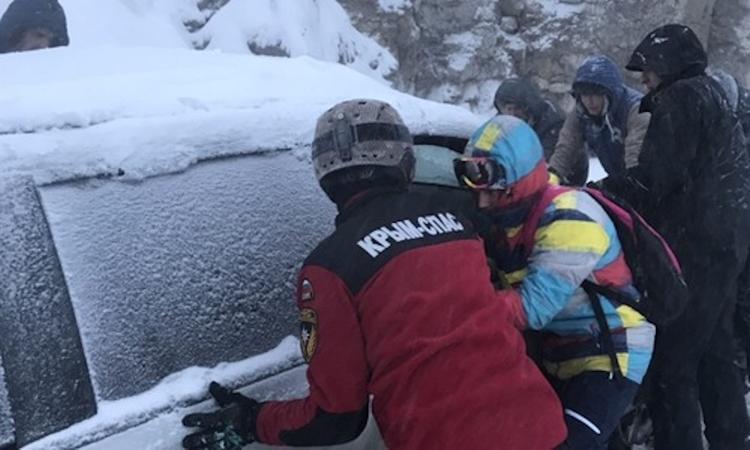 Крымские спасатели после схода лавины 12 часов расчищали дорогу на Ай-Петри