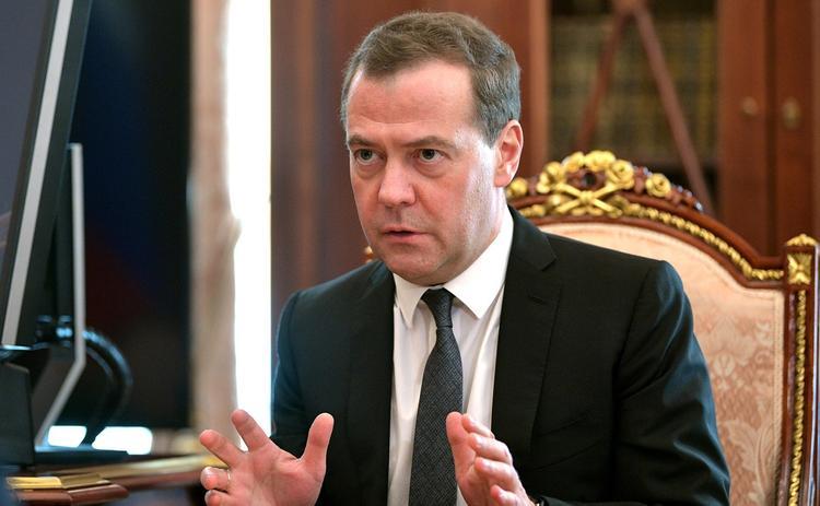 Медведев счел новогодние каникулы вредными для экономики
