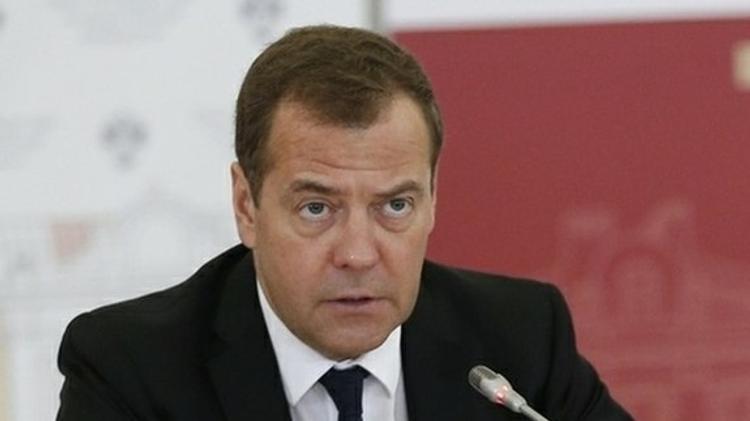 Медведев отслеживает цены на бензин, поручил Козаку разобраться с нефтяниками