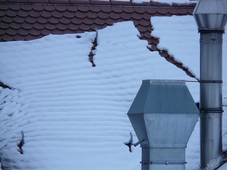 Крыша школы обрушилась в Саратовской области под тяжестью снега