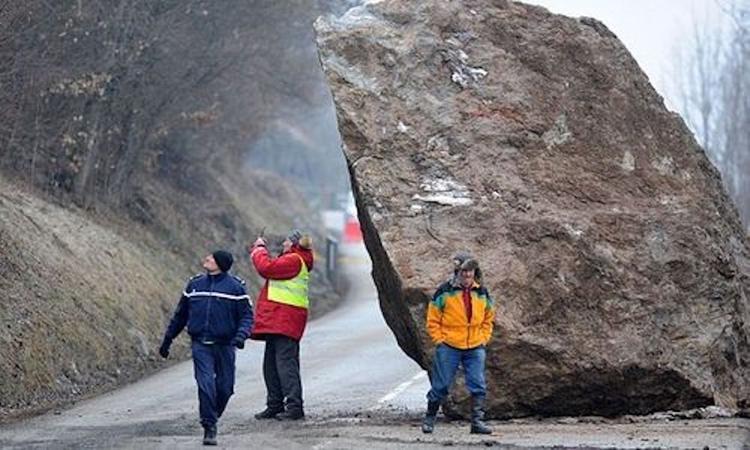 Под Севастополем в результате обвала на дорогу упал обломок скалы весом 7 тонн