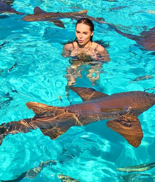 Певицу Ханну во время отпуска укусила акула