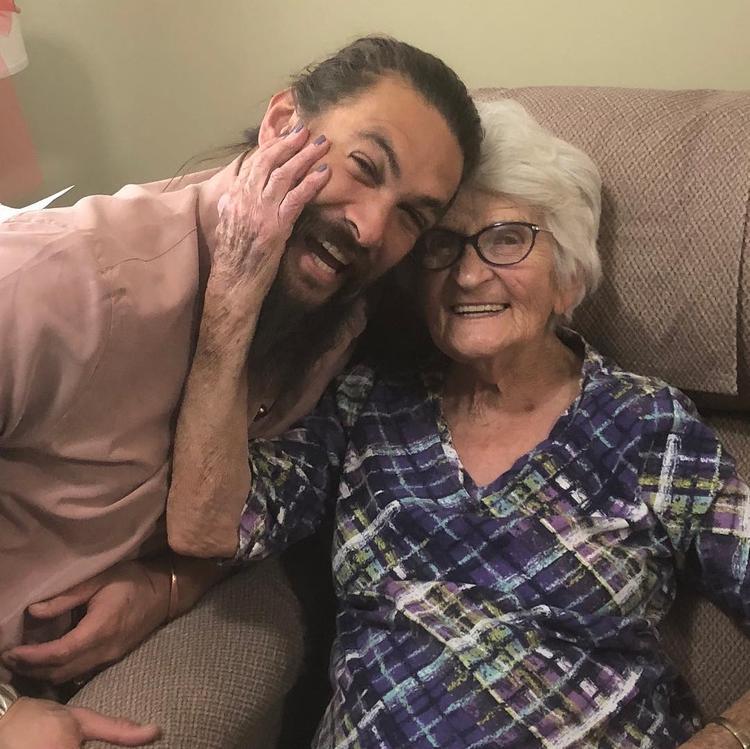 Брутальный герой и любящий внук Джейсон Момоа выложил в сеть фото с бабулей