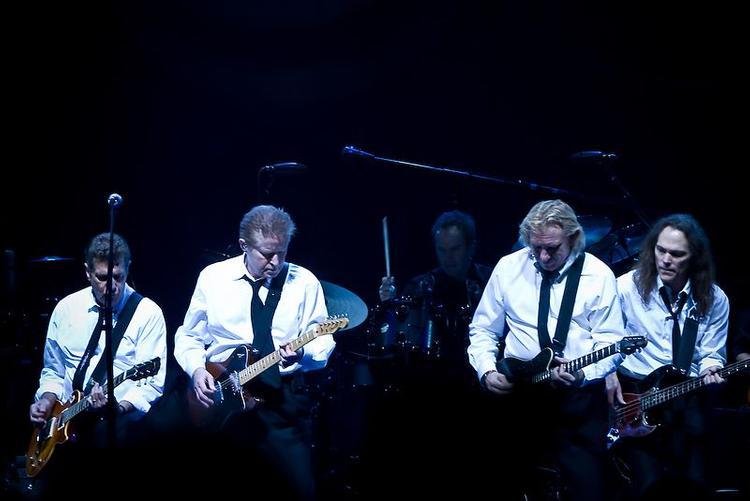 Мужчина развеселил сеть, исполнив хит группы Eagles «Hotel Californnia»