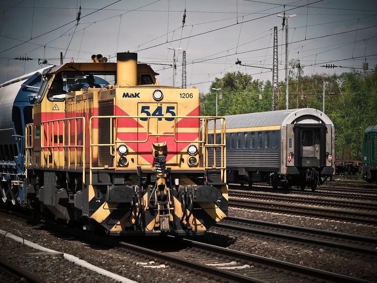 Локомотив столкнулся с легковушкой в Саратовской области