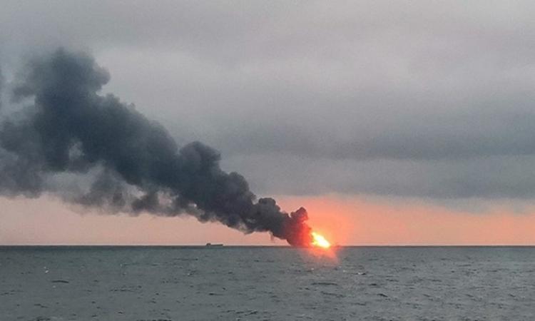 В Черном море  пятые сутки продолжают гореть танкеры «Канди» и «Маэстро»