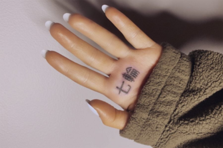 Ариана Гранде перепутала иероглифы и в татуировке призналась в любви к барбекю