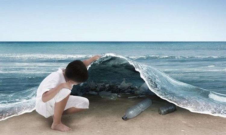 Море выбросило на берег пляжа в Феодосии тонны мусора с разбившегося судна