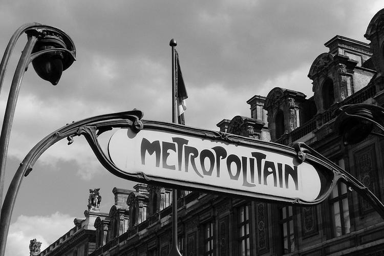 В парижском метро пассажира облили кислотой