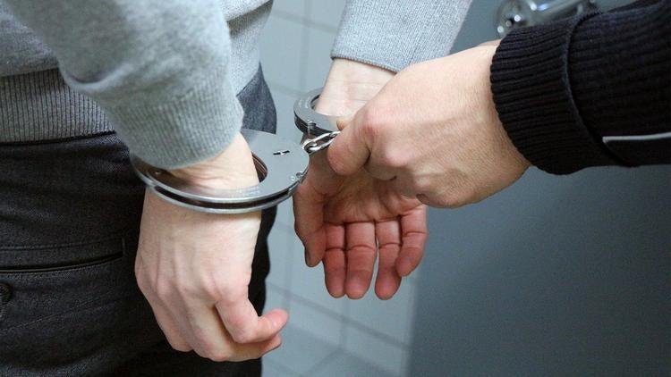 Житель Волжского пошёл избавляться от трупа, но по пути встретил полицейских