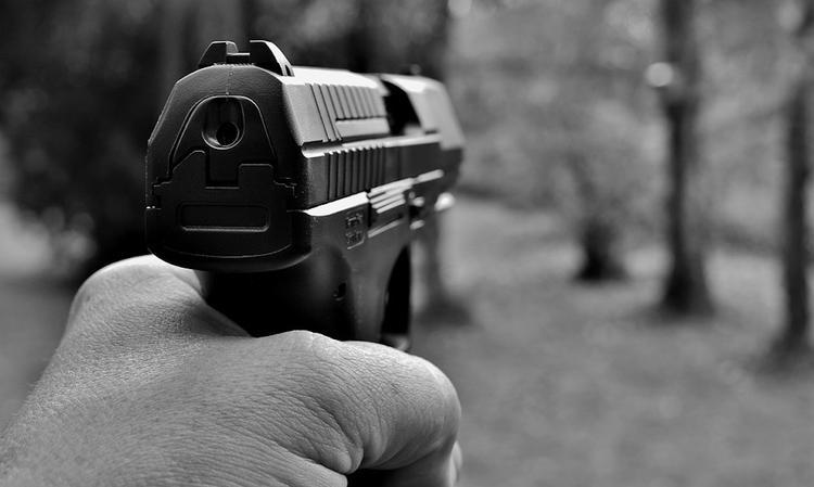 На остановке на востоке Москвы обстреляли молодую женщину