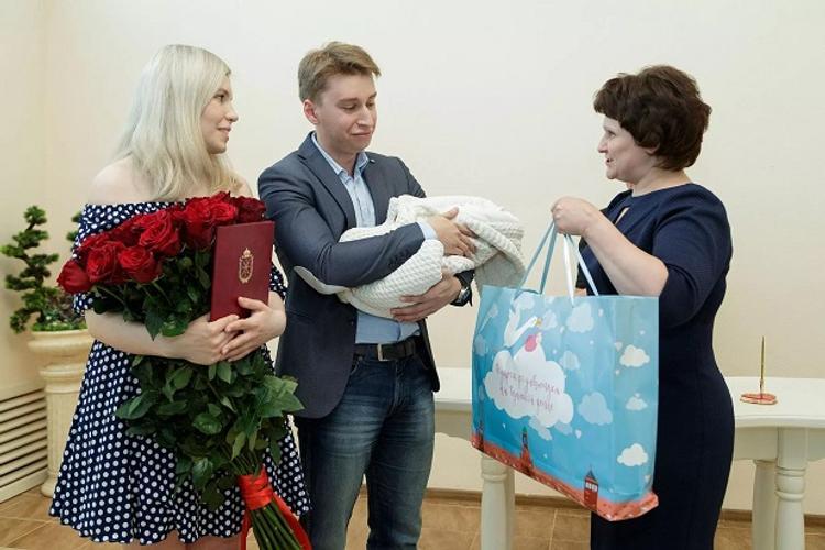 Новорожденные начали получать подарки