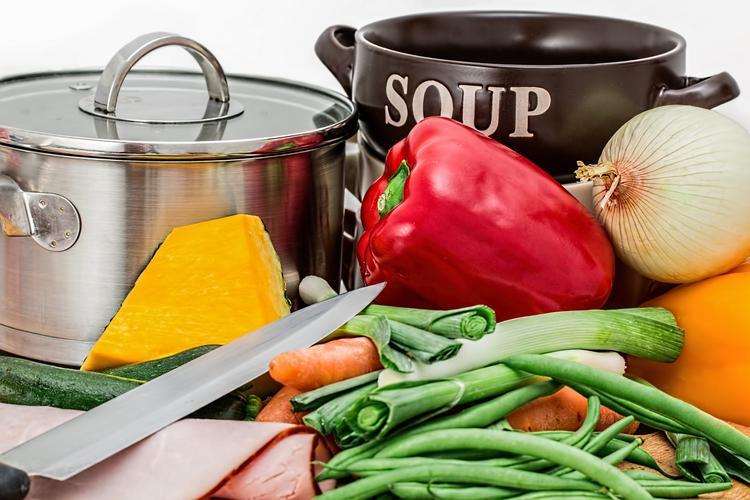 Диетологи назвали самый вредный и самый полезный суп