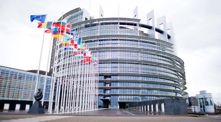 В Европарламенте, как дома, предлагают выпить или поесть солёного огурца...