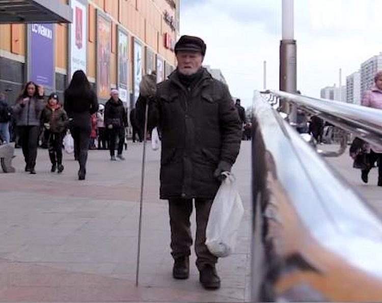 90-летний ветеран,  которого обманули мошенники,  собирает жестяные банки на операцию