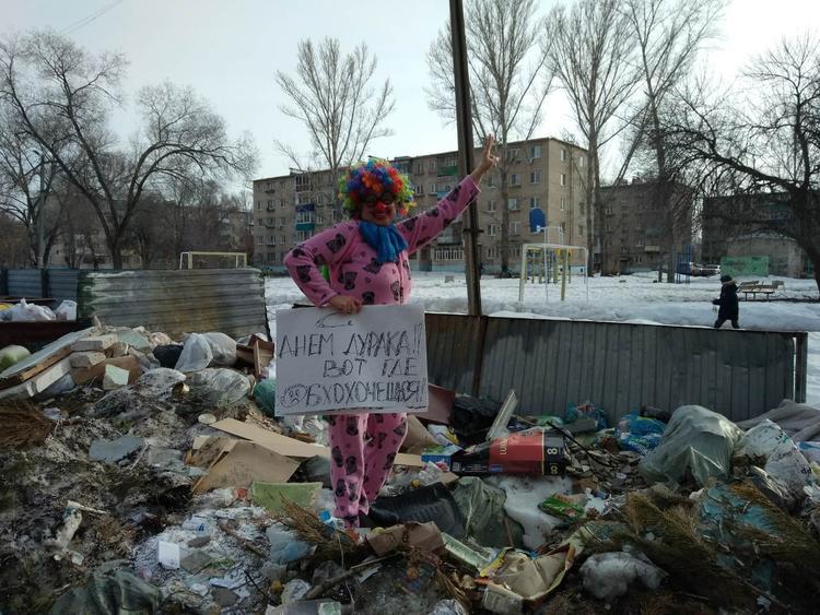 Клоун вышел на пикет против мусора и победил. В Сети народ уже запасается смешными костюмами