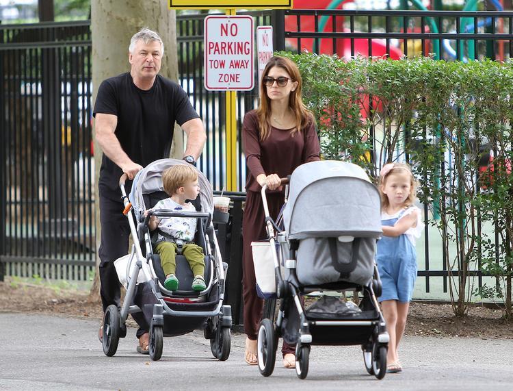 Супруга актера Алека Болдуина потеряла ребенка