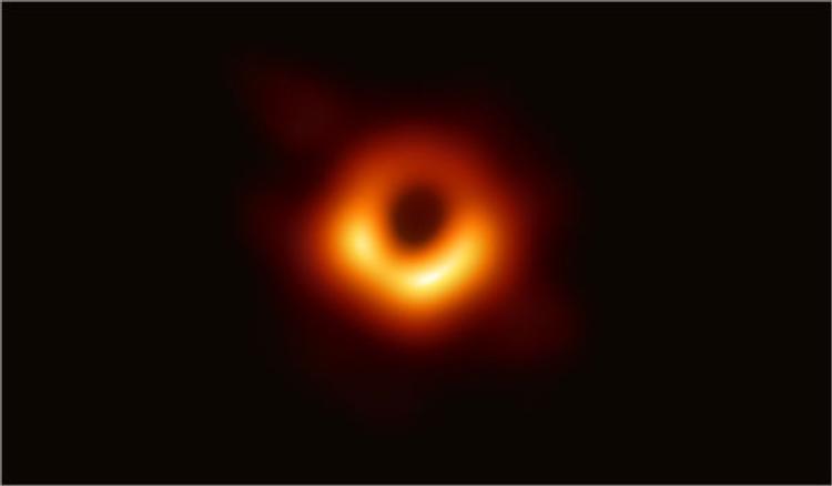 Ученые сделали первый снимок Черной дыры