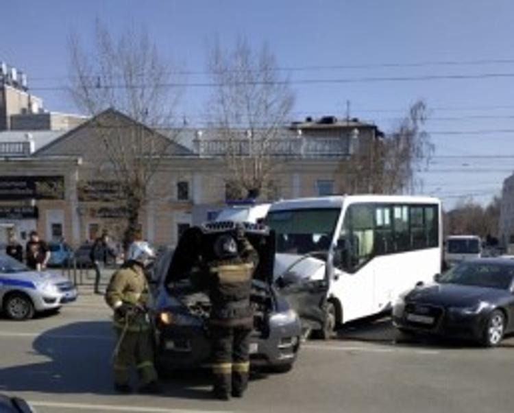 В Ростове-на-Дону автобус столкнулся с  маршруткой, есть пострадавшие