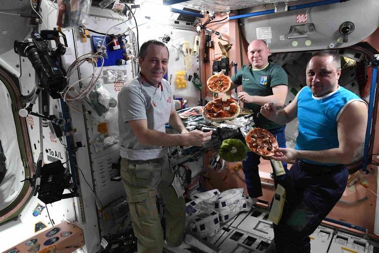 Как космонавты стригут ногти. И другие детали космического быта