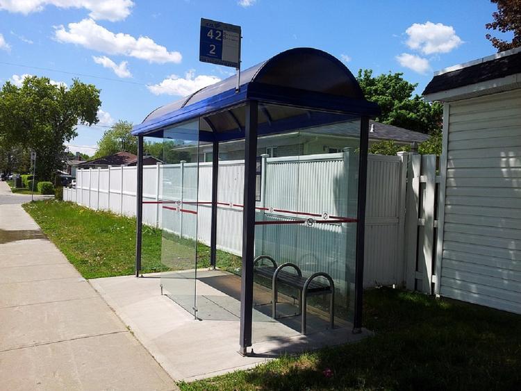 Водитель протаранил автобусную остановку в Серпухове
