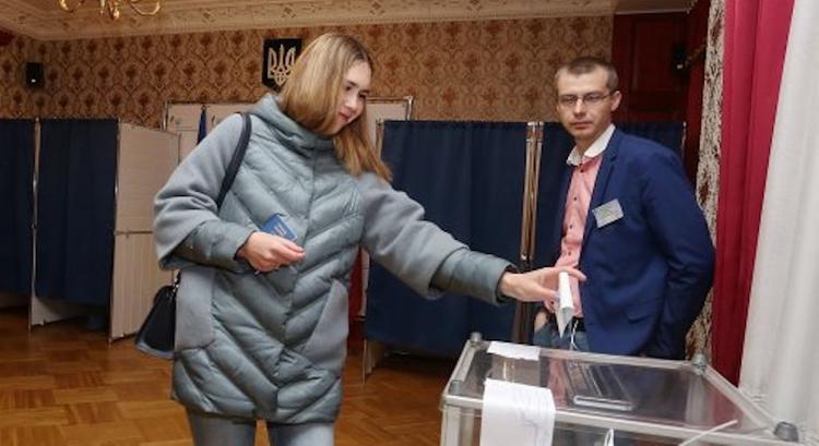 Украинцы в Балтии голосуют за Зеленского