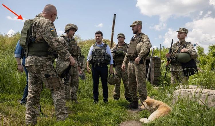 Глава украинского Генштаба опозорился на передовой с бронежилетом