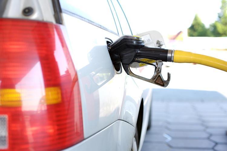 Названы ошибки вождения, из-за которых машина пожирает бензин