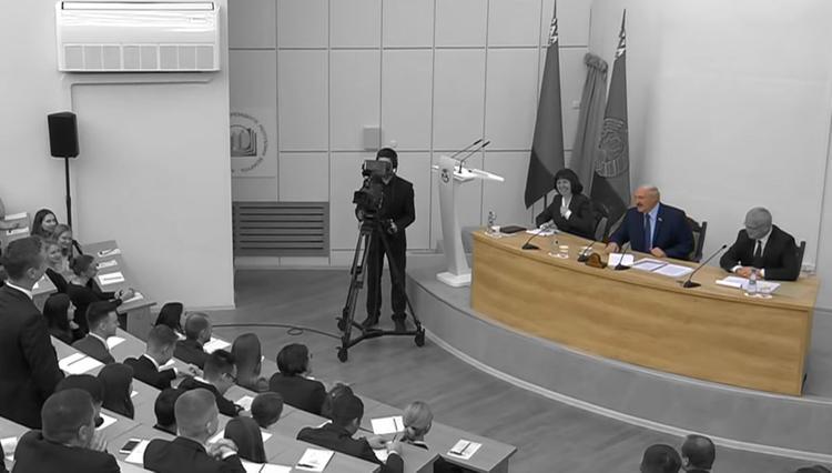Лукашенко признался, что главный оппозиционер называет его папой