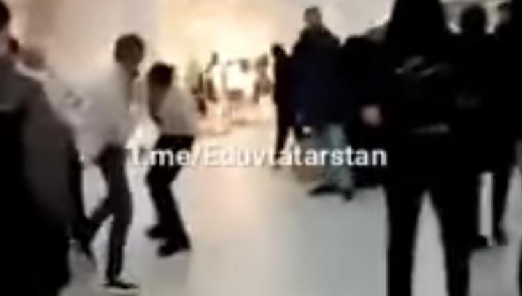 Видео избиения посетителя торгового центра охранниками появилось в сети