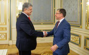 Петр Порошенко наградил Курта Волкера орденом Ярослава Мудрого V степени