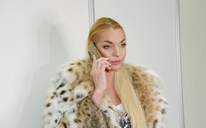 Вставшая на свою кровать Волочкова показала на фото новое «царственное» платье