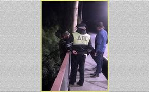 Полиция успела  оперативно спасти женщину, решившую  броситься  с моста