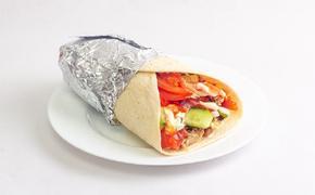 Диетолог: шаурма может стать достойным перекусом, если приготовить ее своими руками